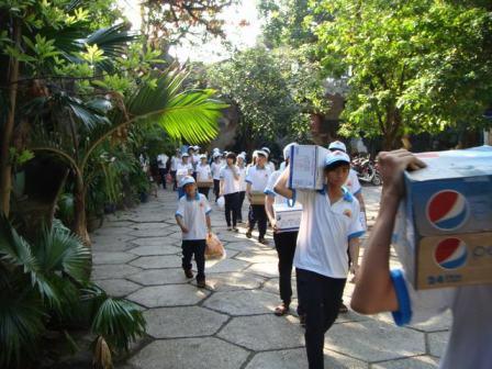 Học sinh Khai Minh tham gia công tác từ thiện